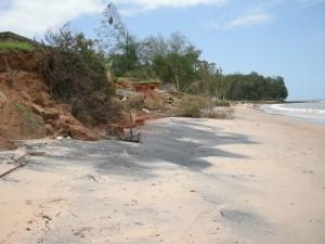 O mar consome a costa e as infra-estruturas adjacentes erguidas no noroeste da Guiné-Bissau