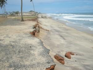 O oceano consome a costa de Ghana em grande velocidade